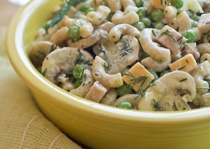 طرز تهیه سالاد ماکارونی با مرغ و قارچ